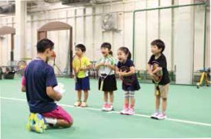 ジュニアテニススクールのレッスン風景